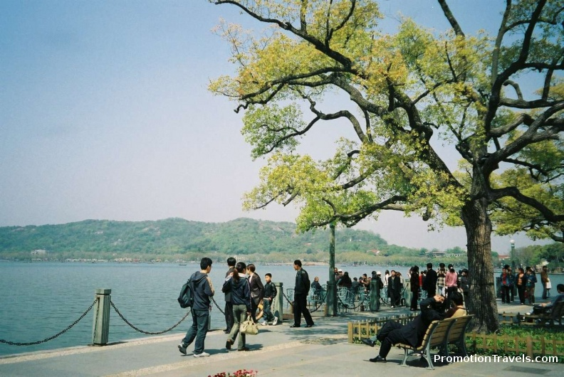 Tourists by Hangzhou lake.jpg
